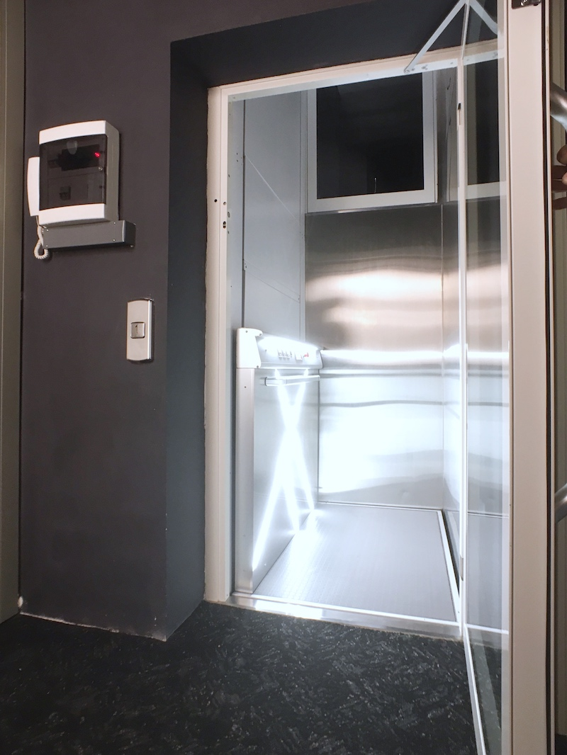 Passenger Lift with Glass Walls and Glass and Painted Steel Door